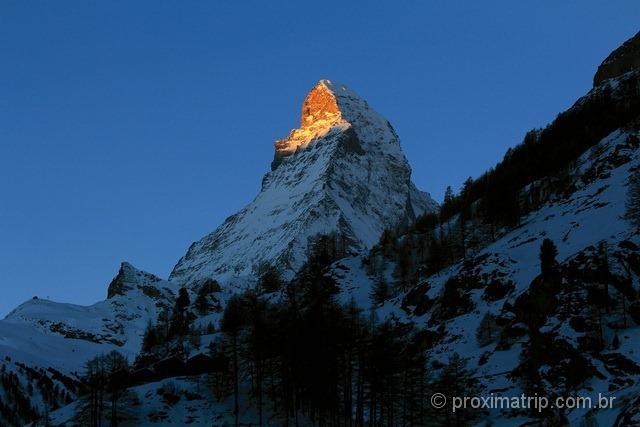 Pico dourado do Matterhorn ao nascer do sol