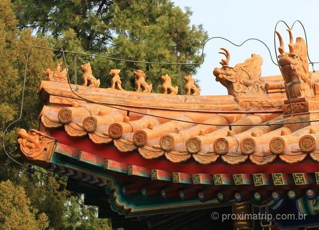 figuras míticas chineses no topo dos telhados dos templos