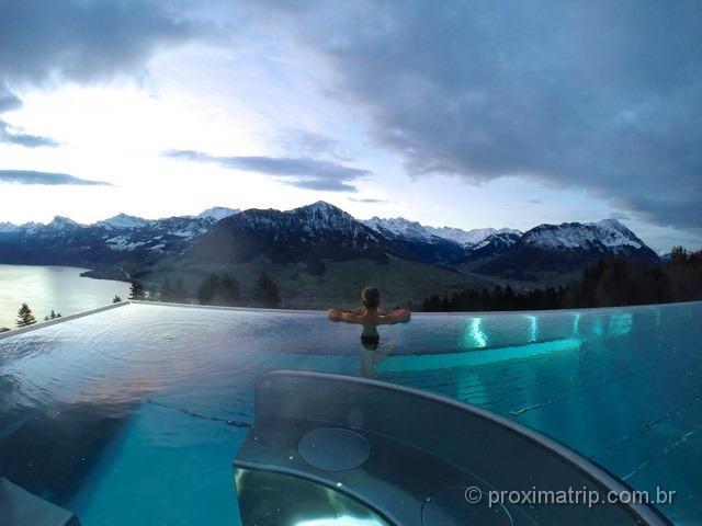 A incrível piscina de borda infinita do hotel Villa Honegg, com vista espetacular dos lagos e montanhas!