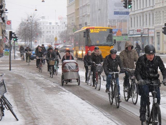 ciclistas em Copenhagen tempo horrível