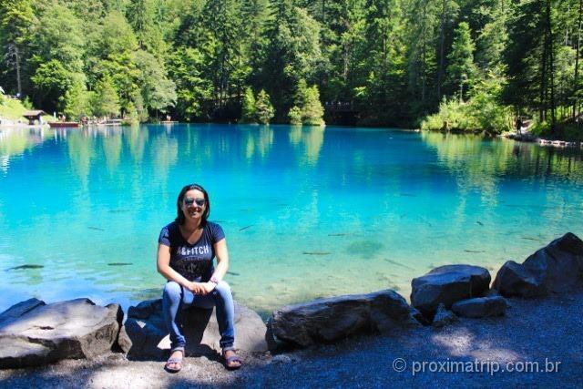 Água azul turquesa do lago Blausee - Suíça no Verão