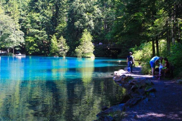 Caminhando ao redor do lago Blausee - Suíça