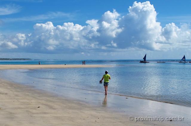 Caminhando pela linda praia de Porto de Galinhas, durante a maré baixa
