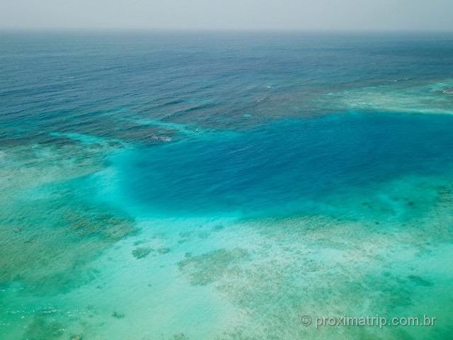 Tons de azul do mar Mangel Halto Aruba