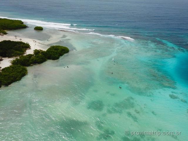 Praia de Mangel Halto vista com drone, em Aruba