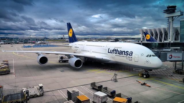 Avião da Lufthansa estacionado em aeroporto
