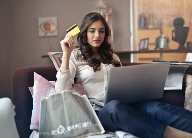 Mulher comprando passagens online