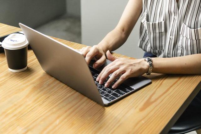 Mulher pesquisando em notebook