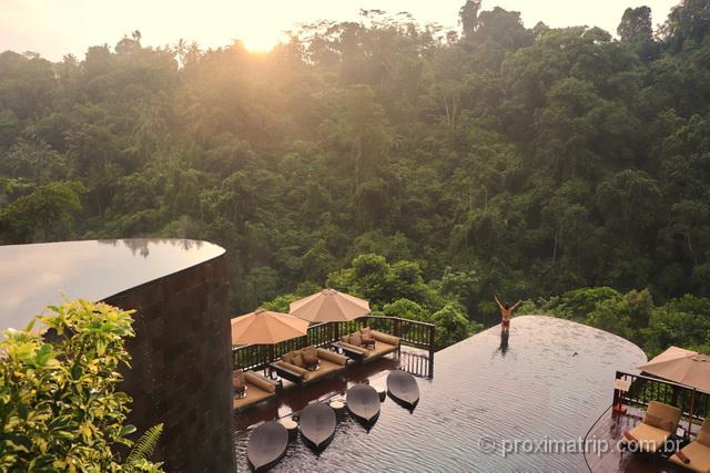Onde ficar em Bali: a famosa piscina do hotel Hanging Gardens no nascer do sol