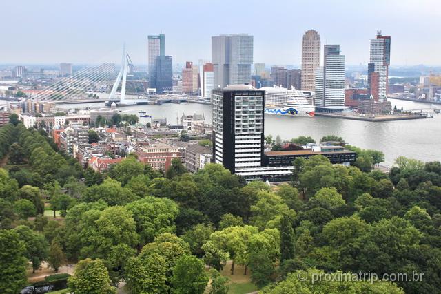Skyline de Rotterdam: a cidade tem prédios altíssimos próximos à Erasmusbrug
