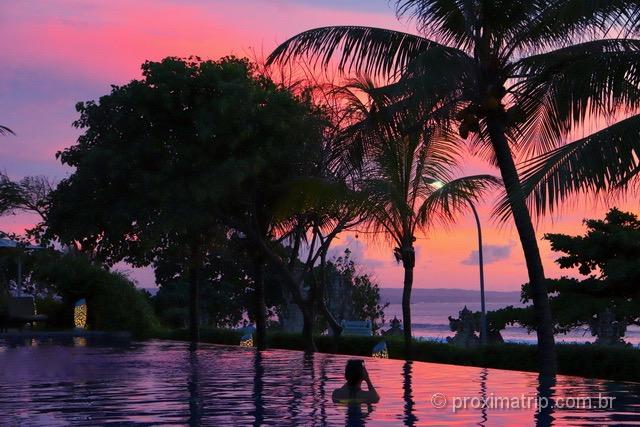 Pôr do sol em Bali: lindas cores vistas da piscina de borda infinita!