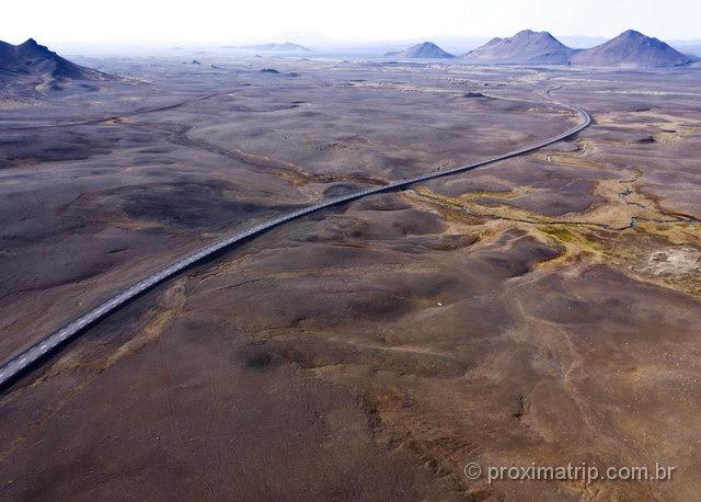 Dirigir na Islândia: não parece que a estrada está no meio de Marte!?