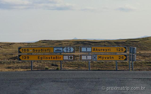 Placas de sinalização na estrada, na Islândia