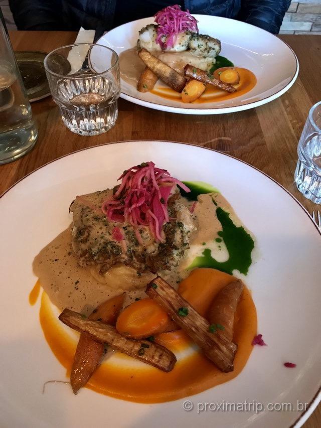 Bacalhau com legumes e molho de champagne: prato em restaurante na Islândia