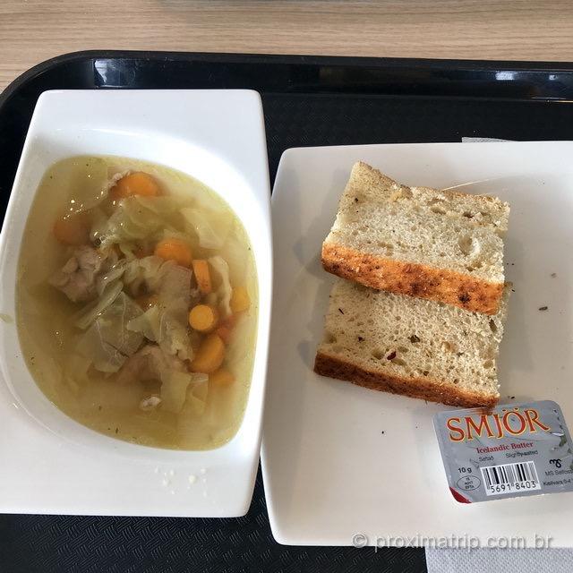 Sopa islandesa: com legumes e carne de cordeiro, acompanhadas de pão!