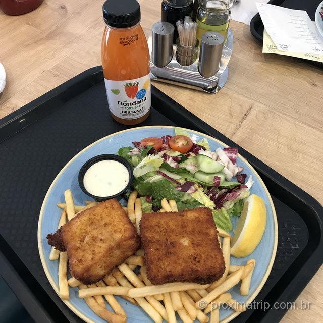 comida rápida e barata na Islândia: peixe frito, batatas fritas e saladinha