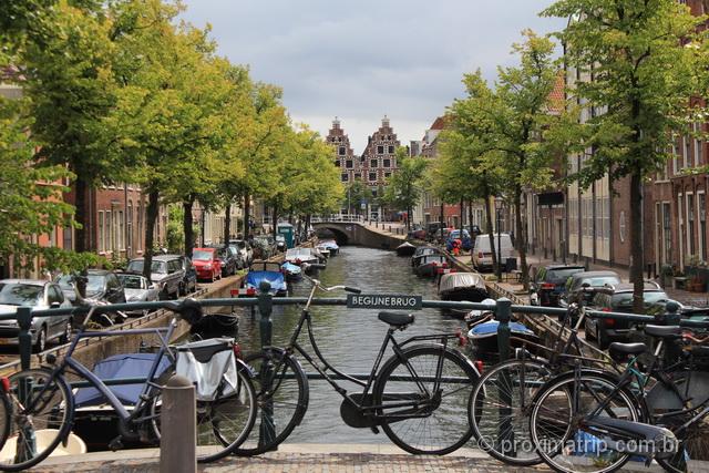 A cara da Holanda: canais e bicicletas na cidadezinha de Haarlem