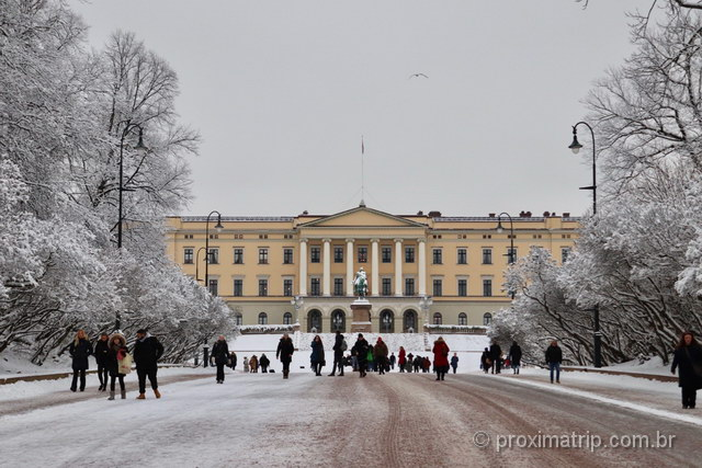 Palácio Real de Oslo em dia com neve: mesmo no inverno é um dos melhores passeios da cidade