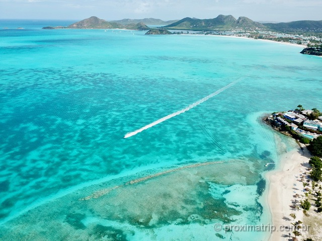 Muito verde, paisagem montanhosa e mar cristalino em Antígua e Barbuda