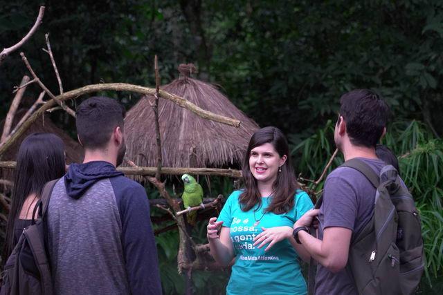 Visitantes recebendo educação ambiental no Parque das Aves