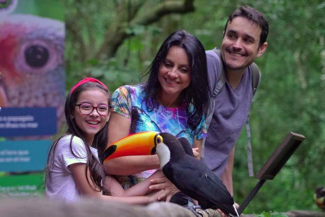 Família observando tucano no Parque das Aves