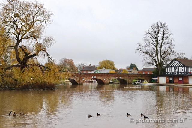 bela paisagem em Stratford-Upon-Avon: o rio Avon corta a cidade