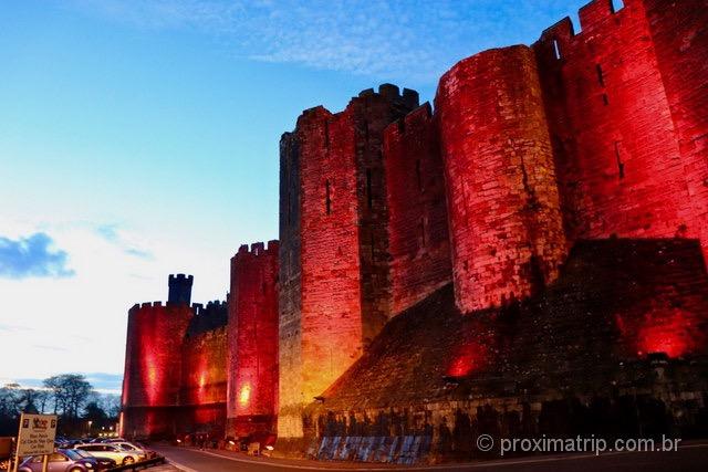 Castelo de Caernarfon, com iluminação noturna