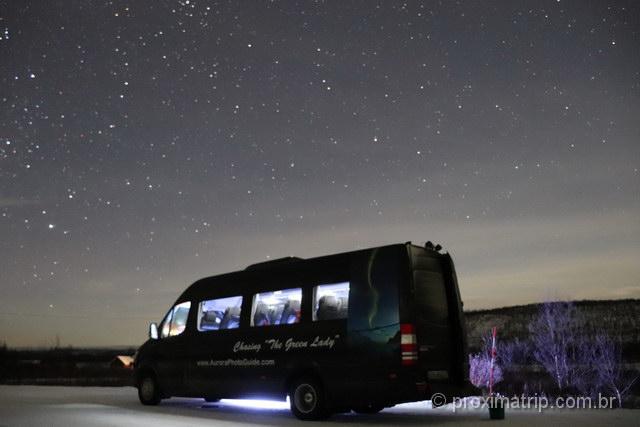 parada no meio da estrada: a van de nosso tour com o Geir, em Tromso, Noruega