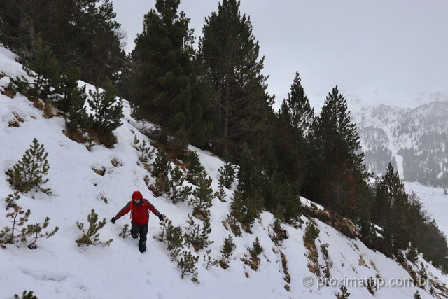 explorando as montanhas nevadas em Andorra