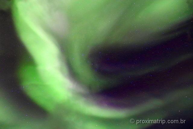 de queixo caído vendo a aurora boreal dançar incessantemente, em Tromso, Noruega