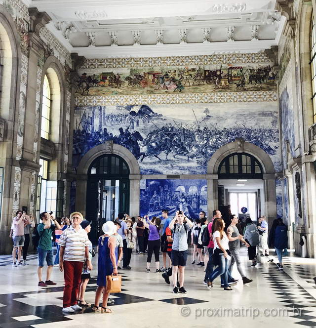 A estação São Bento de trens e metrô em Porto