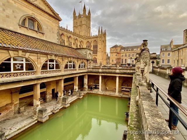 admirando as termas romanas em Bath