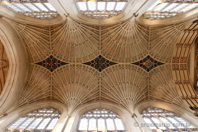 o teto impressionante da Abadia de Bath