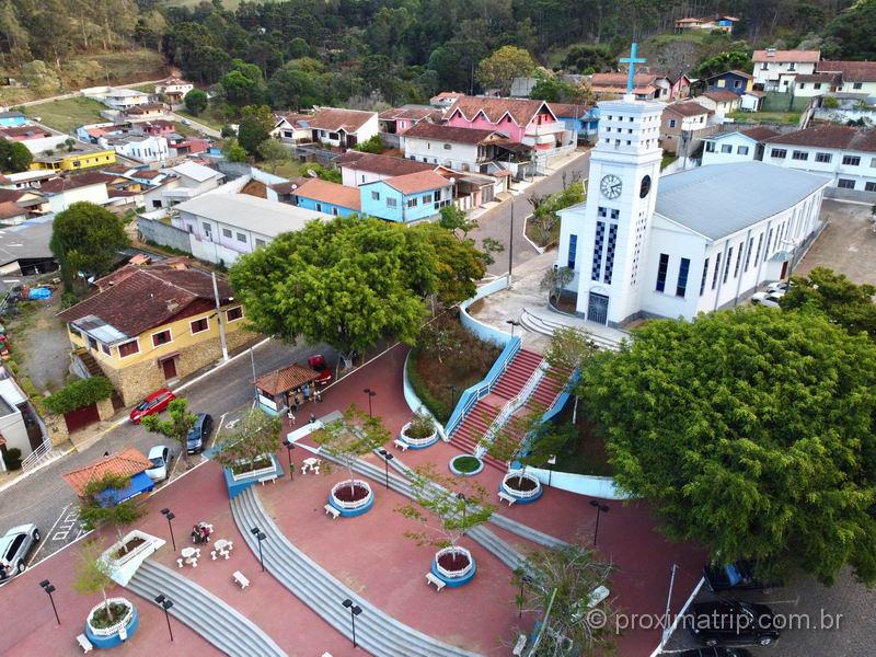 cidade de Gonçalves (MG) vista do alto, em imagem com drone
