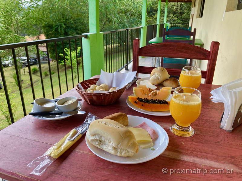 Café da manhã mineiro na Pousada Caminho da Roça em Gonçalves MG