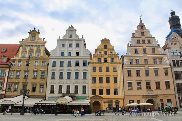 """prédios """"coloridos"""", reconstruções em estilo Barroco e Classicista vigente nas construções da praça no século XVIII."""