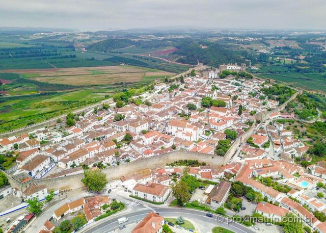 Cidade e Muralha de Óbidos vista do alto com drone