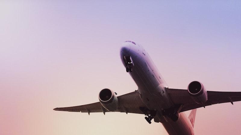 Avião branco sobrevoando