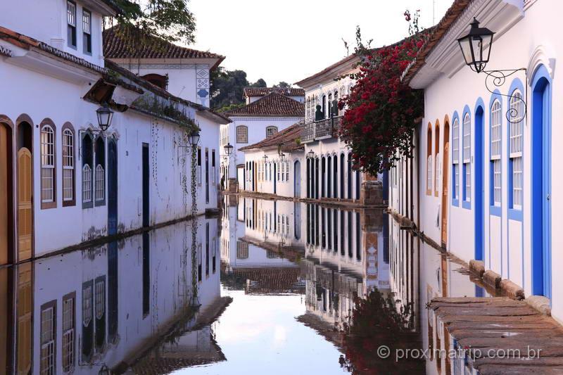 Ruas alagadas durante a maré alta, em Paraty
